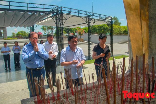 Đoàn công tác Bộ VHTTDL đến viếng nghĩa trang liệt sĩ tại Quảng Trị - Ảnh 11.