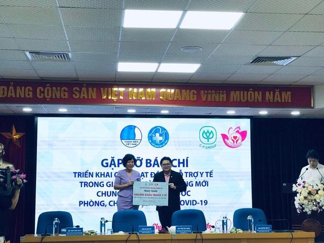 Trung ương Hội liên hiệp thanh niên Việt Nam tặng 200 nghìn khẩu trang cho TP Đà Nẵng - Ảnh 1.