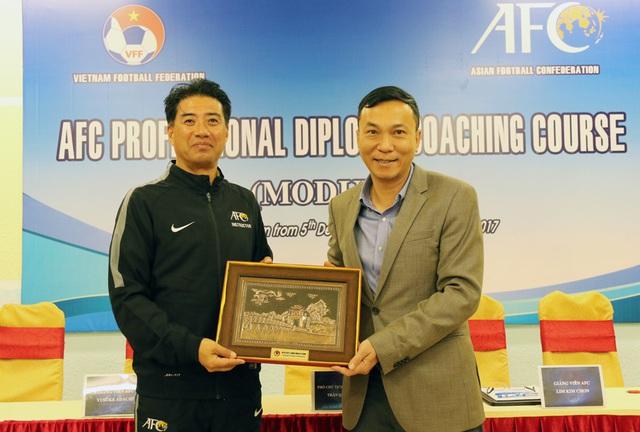 Tân GĐKT VFF Yusuke Adachi đã có mặt tại Việt Nam, thực hiện cách ly 14 ngày tại Quảng Ninh - Ảnh 1.