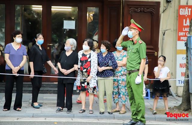 Người dân thủ đô xếp hàng bên đường tiễn đưa nguyên Tổng bí thư Lê Khả Phiêu về cõi vĩnh hằng - Ảnh 9.