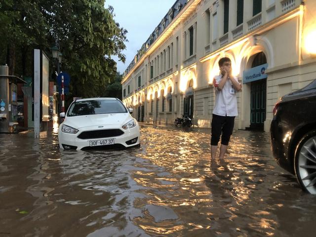 """Phố cổ Hà Nội thành """"sông"""" sau cơn mưa lớn bất chợt - Ảnh 17."""