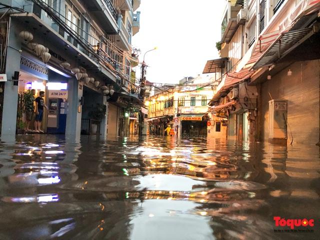 """Phố cổ Hà Nội thành """"sông"""" sau cơn mưa lớn bất chợt - Ảnh 2."""