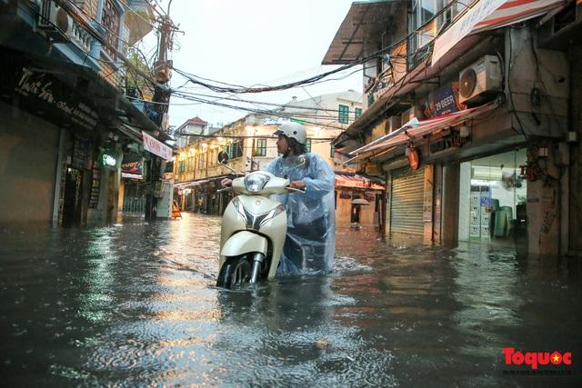 """Phố cổ Hà Nội thành """"sông"""" sau cơn mưa lớn bất chợt - Ảnh 3."""