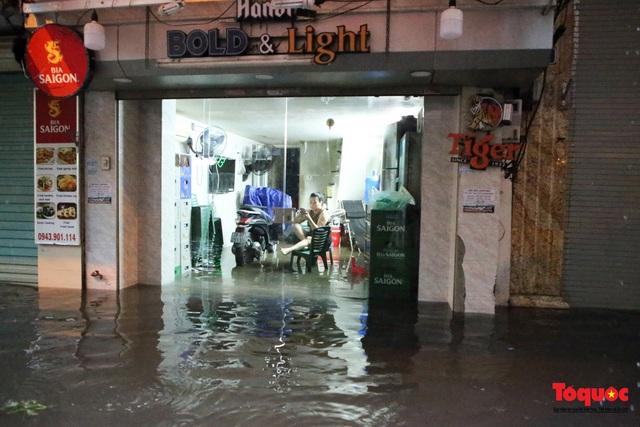 """Phố cổ Hà Nội thành """"sông"""" sau cơn mưa lớn bất chợt - Ảnh 4."""