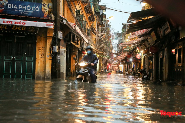 """Phố cổ Hà Nội thành """"sông"""" sau cơn mưa lớn bất chợt - Ảnh 6."""