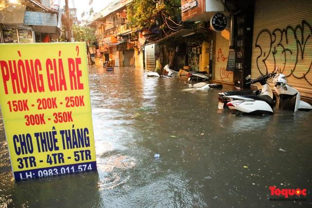 """Phố cổ Hà Nội thành """"sông"""" sau cơn mưa lớn bất chợt - Ảnh 8."""