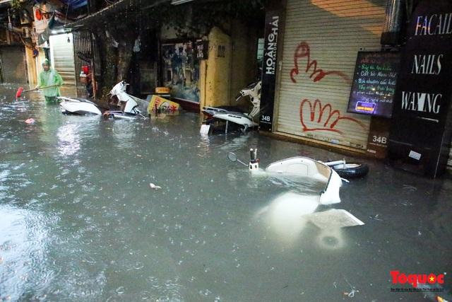 """Phố cổ Hà Nội thành """"sông"""" sau cơn mưa lớn bất chợt - Ảnh 9."""