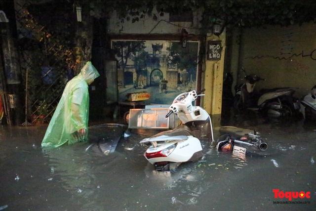 """Phố cổ Hà Nội thành """"sông"""" sau cơn mưa lớn bất chợt - Ảnh 10."""