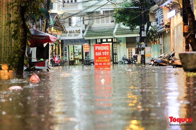"""Phố cổ Hà Nội thành """"sông"""" sau cơn mưa lớn bất chợt - Ảnh 11."""