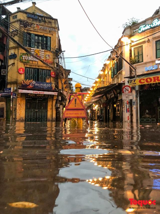 """Phố cổ Hà Nội thành """"sông"""" sau cơn mưa lớn bất chợt - Ảnh 12."""