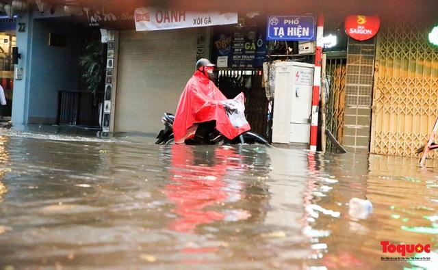 """Phố cổ Hà Nội thành """"sông"""" sau cơn mưa lớn bất chợt - Ảnh 13."""