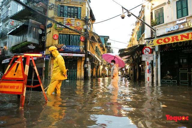 """Phố cổ Hà Nội thành """"sông"""" sau cơn mưa lớn bất chợt - Ảnh 15."""