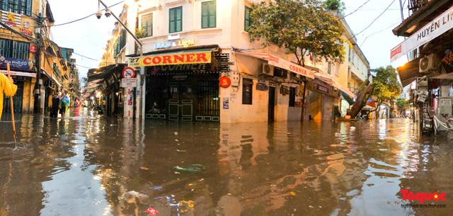 """Phố cổ Hà Nội thành """"sông"""" sau cơn mưa lớn bất chợt - Ảnh 1."""