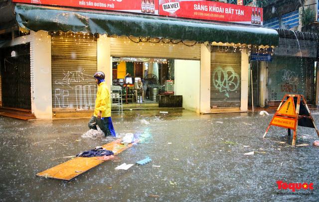 """Phố cổ Hà Nội thành """"sông"""" sau cơn mưa lớn bất chợt - Ảnh 18."""