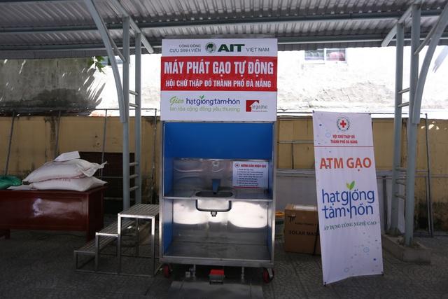 """Cận cảnh """"ATM gạo"""" thông minh đặt lịch hẹn, mời người nghèo nhận gạo ở Đà Nẵng - Ảnh 1."""