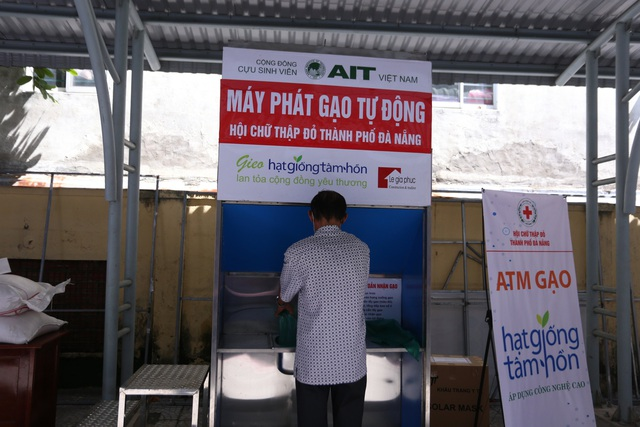 """Cận cảnh """"ATM gạo"""" thông minh đặt lịch hẹn, mời người nghèo nhận gạo ở Đà Nẵng - Ảnh 11."""