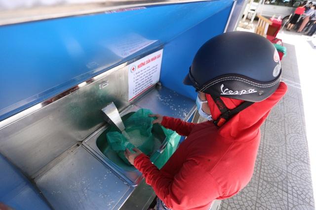 """Cận cảnh """"ATM gạo"""" thông minh đặt lịch hẹn, mời người nghèo nhận gạo ở Đà Nẵng - Ảnh 12."""