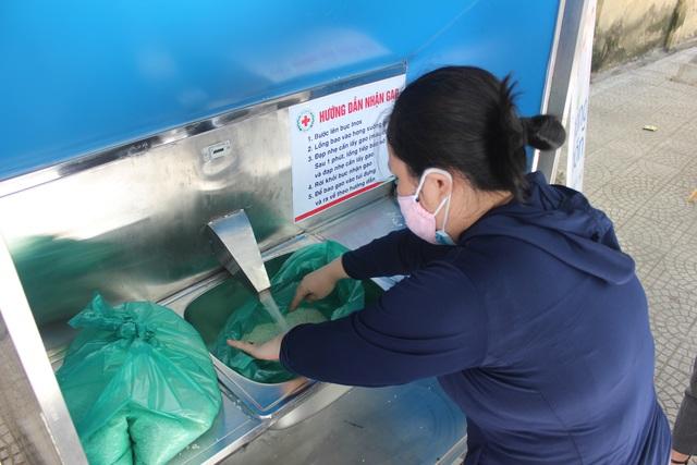 """Cận cảnh """"ATM gạo"""" thông minh đặt lịch hẹn, mời người nghèo nhận gạo ở Đà Nẵng - Ảnh 13."""