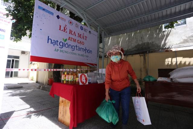 """Cận cảnh """"ATM gạo"""" thông minh đặt lịch hẹn, mời người nghèo nhận gạo ở Đà Nẵng - Ảnh 14."""
