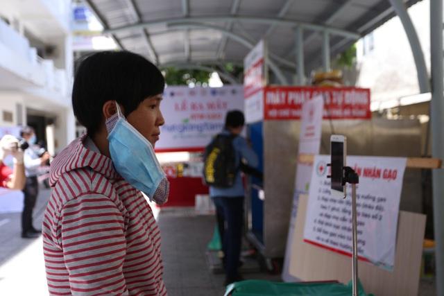 """Cận cảnh """"ATM gạo"""" thông minh đặt lịch hẹn, mời người nghèo nhận gạo ở Đà Nẵng - Ảnh 5."""