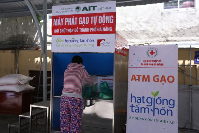 """Cận cảnh """"ATM gạo"""" thông minh đặt lịch hẹn, mời người nghèo nhận gạo ở Đà Nẵng - Ảnh 7."""