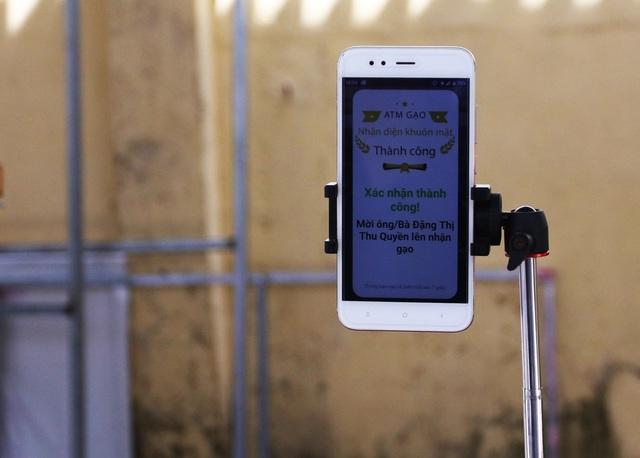 """Cận cảnh """"ATM gạo"""" thông minh đặt lịch hẹn, mời người nghèo nhận gạo ở Đà Nẵng - Ảnh 6."""
