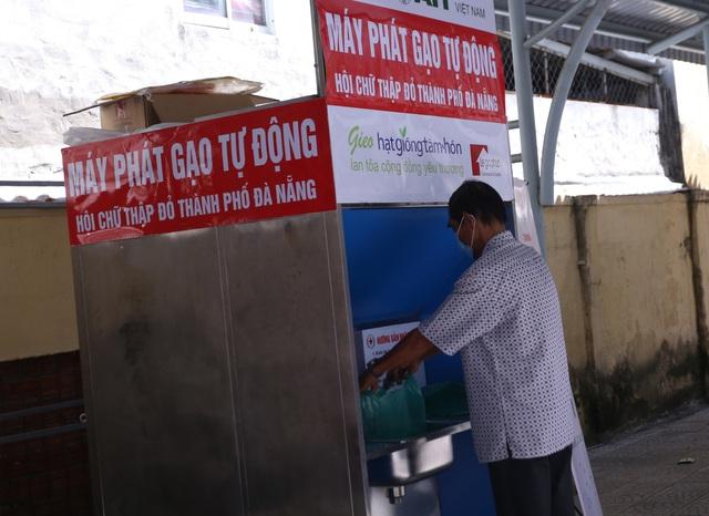 """Cận cảnh """"ATM gạo"""" thông minh đặt lịch hẹn, mời người nghèo nhận gạo ở Đà Nẵng - Ảnh 8."""
