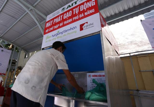 """Cận cảnh """"ATM gạo"""" thông minh đặt lịch hẹn, mời người nghèo nhận gạo ở Đà Nẵng - Ảnh 10."""