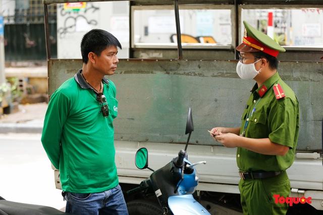 Hà Nội: Xử phạt hàng loạt trường hợp không đeo khẩu trang nơi công cộng - Ảnh 12.
