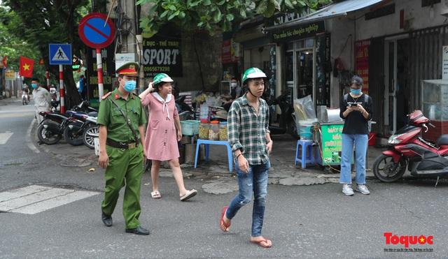 Hà Nội: Xử phạt hàng loạt trường hợp không đeo khẩu trang nơi công cộng - Ảnh 4.