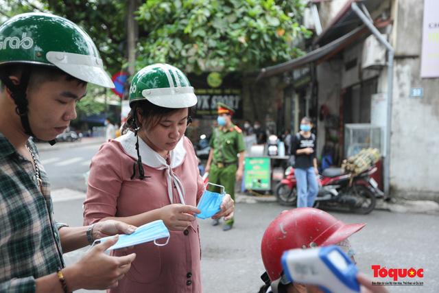 Hà Nội: Xử phạt hàng loạt trường hợp không đeo khẩu trang nơi công cộng - Ảnh 6.