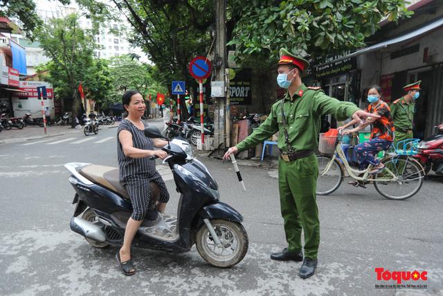 Hà Nội: Xử phạt hàng loạt trường hợp không đeo khẩu trang nơi công cộng - Ảnh 3.