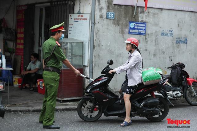 Hà Nội: Xử phạt hàng loạt trường hợp không đeo khẩu trang nơi công cộng - Ảnh 7.