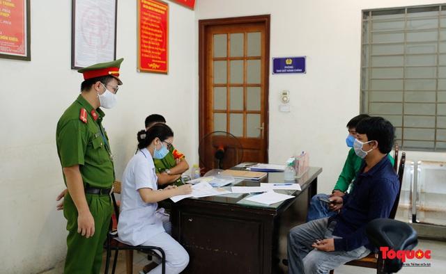 Hà Nội: Xử phạt hàng loạt trường hợp không đeo khẩu trang nơi công cộng - Ảnh 15.