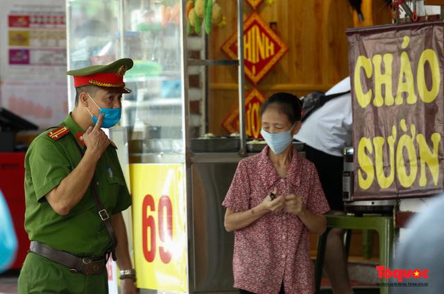 Hà Nội: Xử phạt hàng loạt trường hợp không đeo khẩu trang nơi công cộng - Ảnh 14.