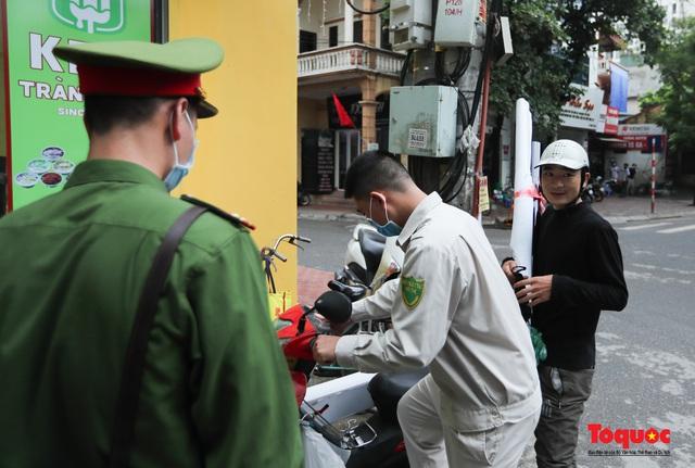 Hà Nội: Xử phạt hàng loạt trường hợp không đeo khẩu trang nơi công cộng - Ảnh 2.