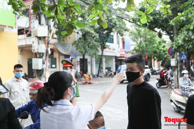 Hà Nội: Xử phạt hàng loạt trường hợp không đeo khẩu trang nơi công cộng - Ảnh 5.
