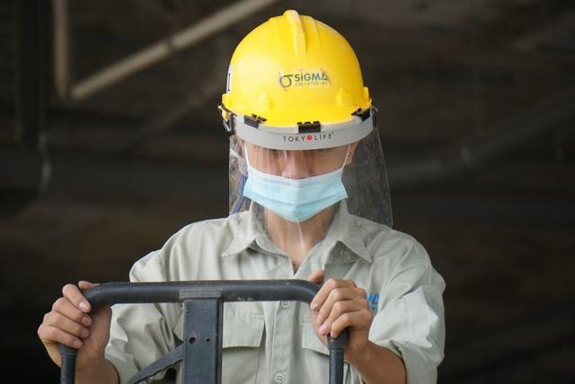 Công nhân làm việc quên đeo khẩu trang sẽ bị phạt tiền - Ảnh 10.