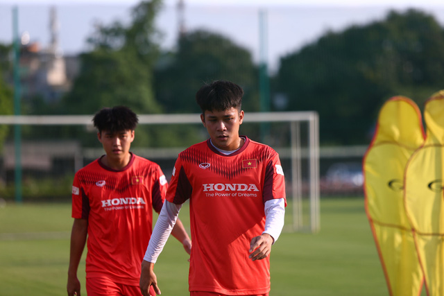 """Tiền đạo Lê Minh Bình: """"Cường độ tập trên tuyển rất cao, cạnh tranh rất khốc liệt"""" - Ảnh 1."""
