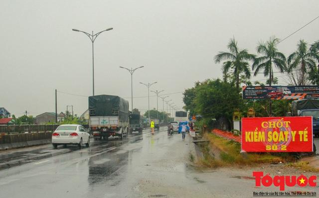 Huế cấp phát phù hiệu, kiểm soát phương tiện từ vùng dịch ra, vào địa phương - Ảnh 2.