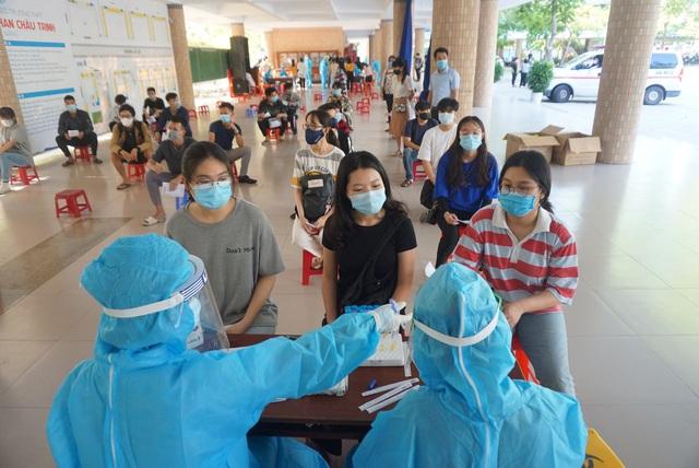 Gần 11.000 thí sinh dự thi tốt nghiệp THPT tại Đà Nẵng đi lấy mẫu xét nghiệm - Ảnh 11.