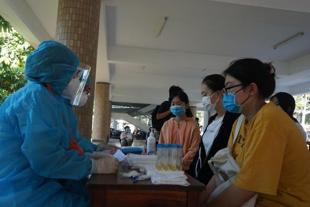Gần 11.000 thí sinh dự thi tốt nghiệp THPT tại Đà Nẵng đi lấy mẫu xét nghiệm - Ảnh 6.