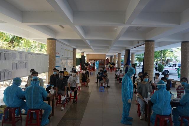 Gần 11.000 thí sinh dự thi tốt nghiệp THPT tại Đà Nẵng đi lấy mẫu xét nghiệm - Ảnh 7.