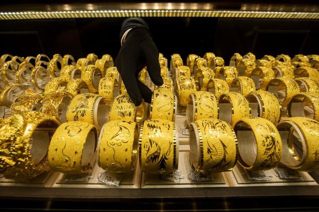 """""""Rơi nước mắt"""" các bậc phụ huynh Trung Quốc mua vàng làm của hồi môn cho con gái - Ảnh 1."""