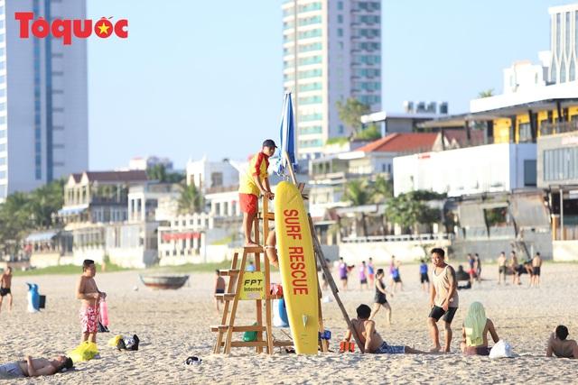 Biển Đà Nẵng đông  - Ảnh 11.