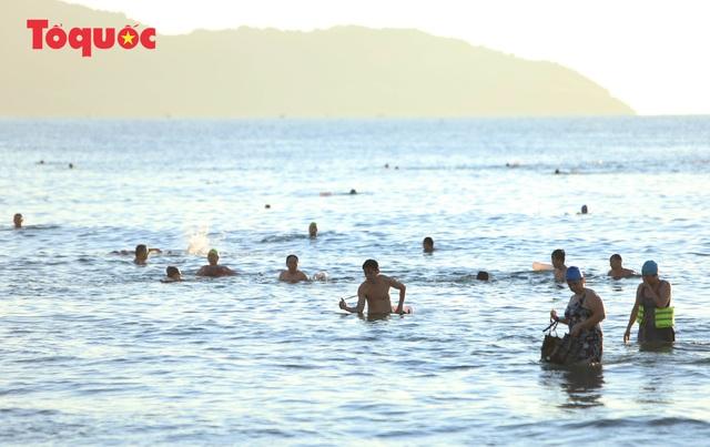 Biển Đà Nẵng đông  - Ảnh 5.