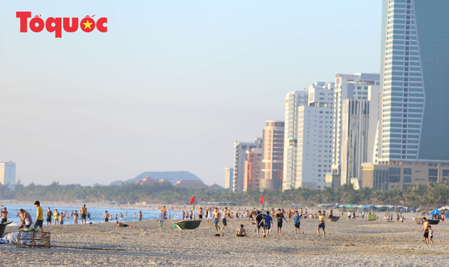 Biển Đà Nẵng đông  - Ảnh 12.