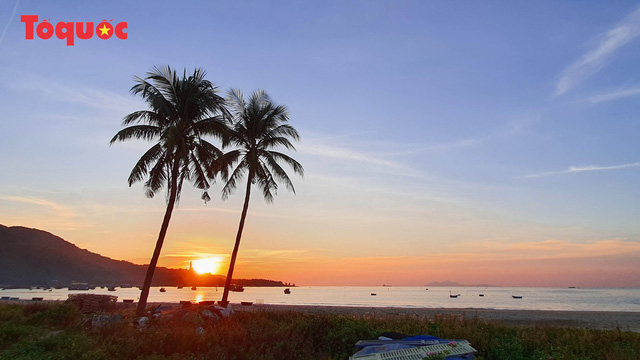 """Người Đà Nẵng ra biển lúc sáng sớm để thỏa """"nỗi nhớ"""" - Ảnh 17."""