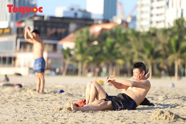 Biển Đà Nẵng đông  - Ảnh 3.