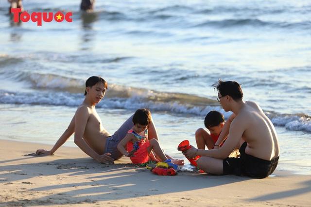 Biển Đà Nẵng đông  - Ảnh 8.